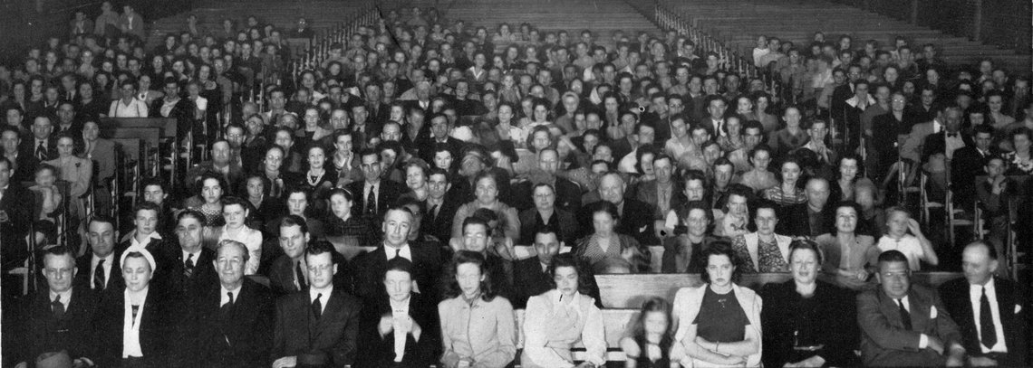 A photograph from the 1942 audience for Thirty Minutes Behind the Walls' fourth anniversary performance.