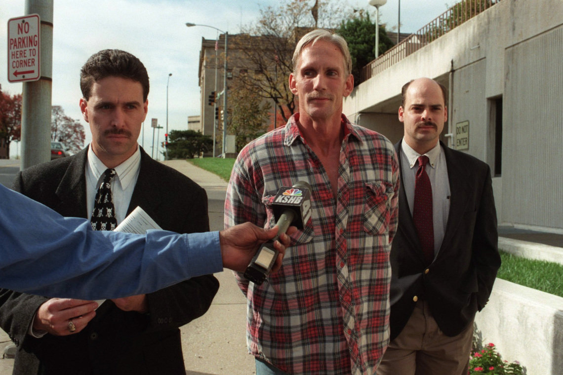 Wesley Ira Purkey, center, who was executed last year, was escorted by police officers in Kansas City, Kansas, in 1998.
